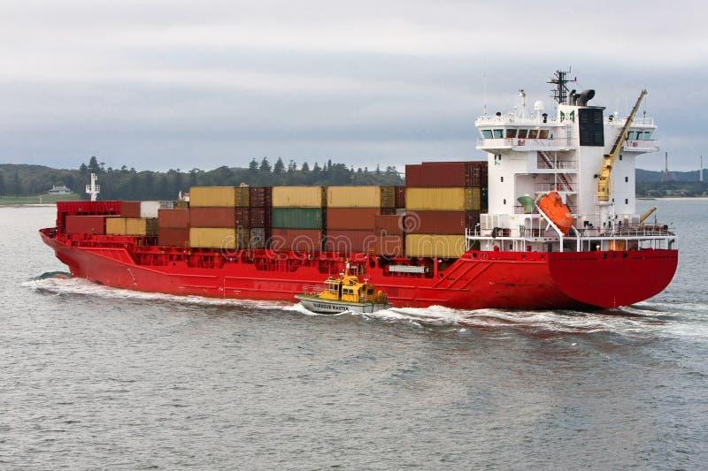 Het rode schip van de ladingscontainer op zee. royalty-vrije stock fotografie