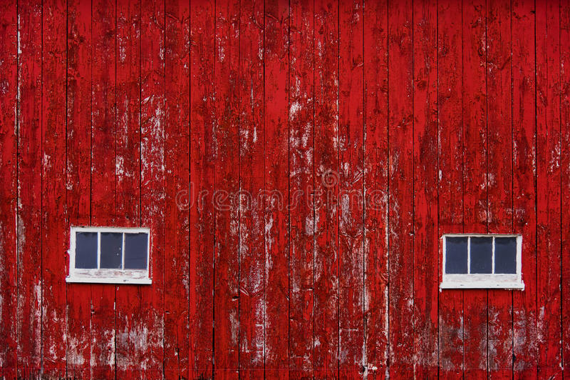 Het rode Schuurmuur Opruimen met vensters royalty-vrije stock fotografie