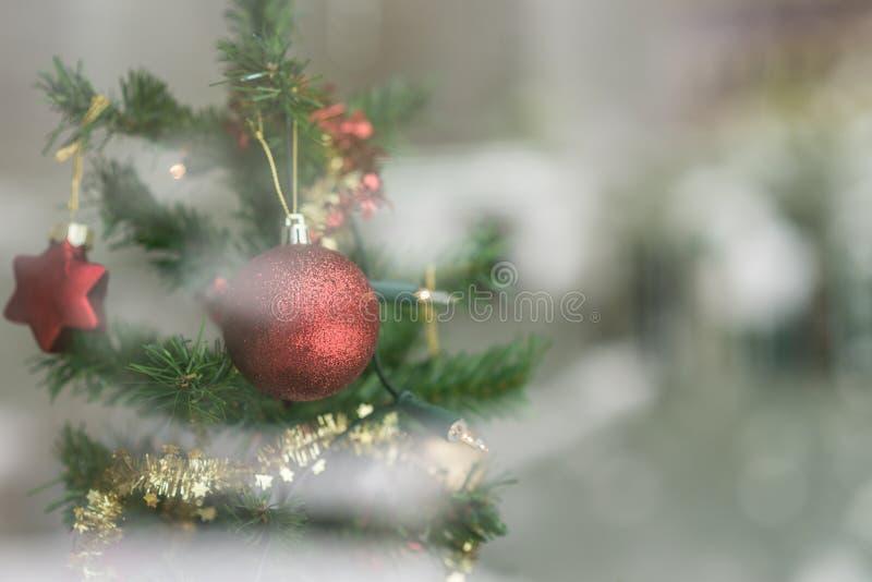 Het rode snuisterij hangen op een Kerstboom royalty-vrije stock afbeeldingen