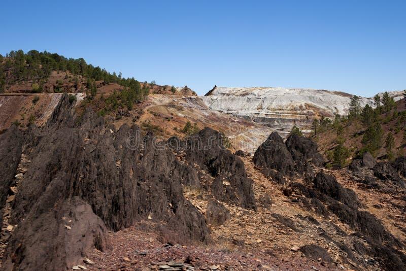 Het rode stroomgebied van het mijnbouwlandschap in de provincie van Huelva, Andalusia stock afbeelding