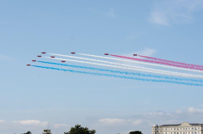Het rode team die van de pijlenvertoning over Clacton in jaarlijkse vrije luchtvertoning vliegen royalty-vrije stock foto's