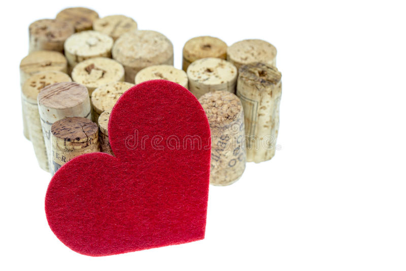 Het rode textielhart met wijn kurkt vorm een hartvorm op witte achtergrond royalty-vrije stock afbeeldingen
