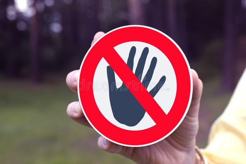 Het rode verbodsteken raakt niet! stock afbeelding