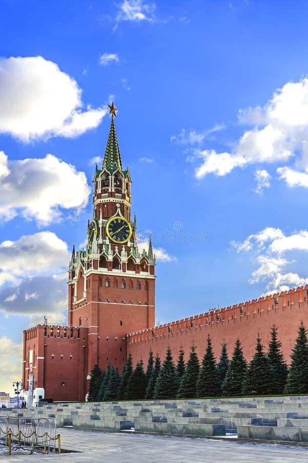 Het rode vierkant Spasskayatoren van Moskou het Kremlin tegen de blauwe hemel bij zonsondergang van een zonnige dag in de recente stock afbeelding