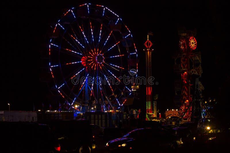 Het rode, Witte en Blauwe 4 Festival Ferris Wheel van Juli bij Nacht stock foto's