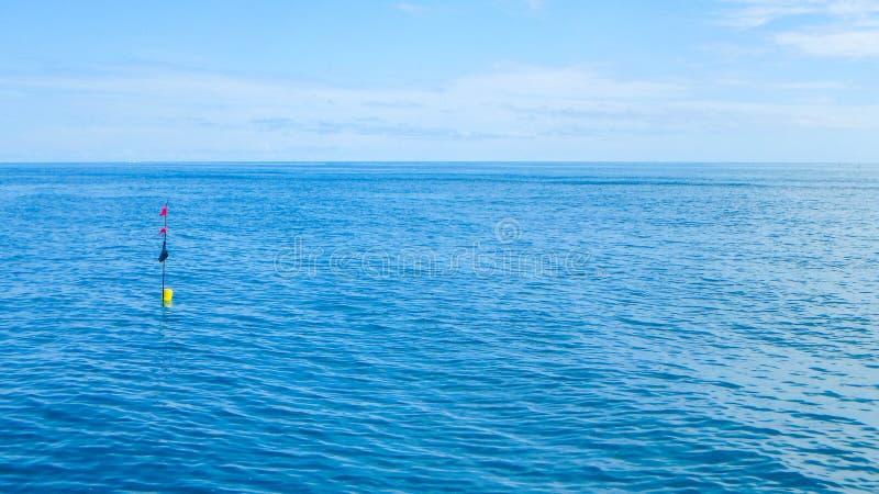 Het rode zwarte gele symbool van de boeivlag in overzeese oceaan royalty-vrije stock foto