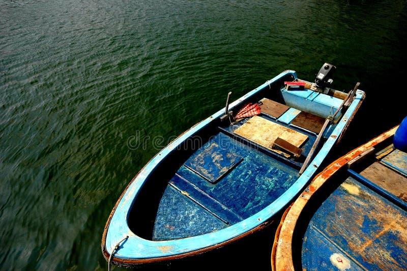 Het roeien twee boot op een groene kalme overzees stock foto
