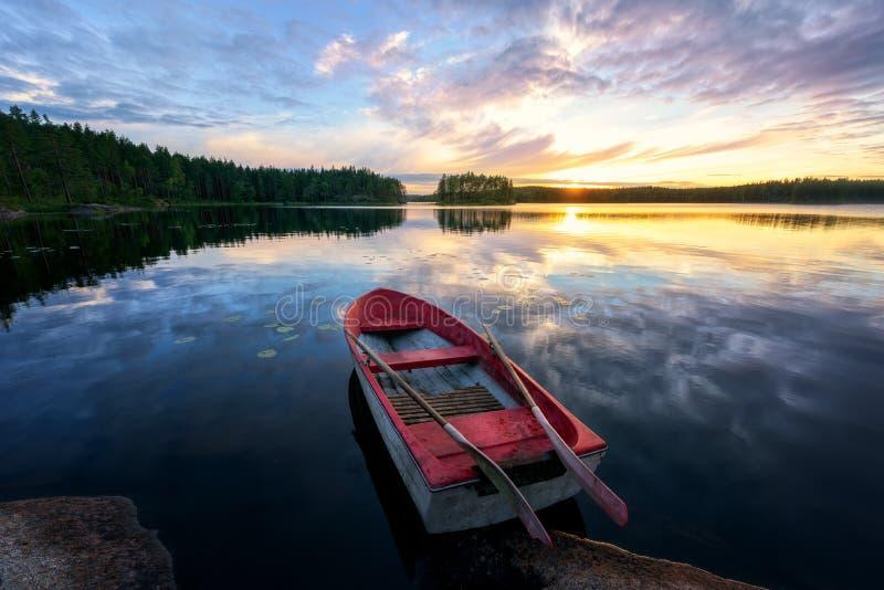 Het roeien van Boot met Zonsondergang royalty-vrije stock fotografie