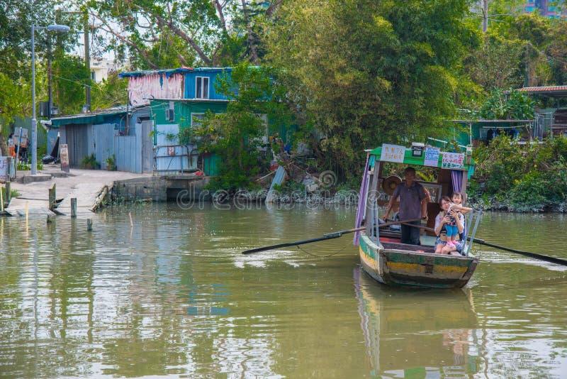 Het roeien van boot over rivier stock afbeeldingen