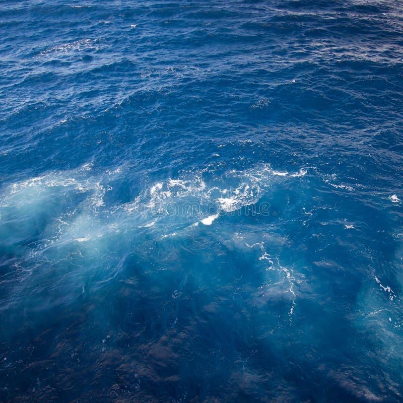 Het roeren van blauw zeewater met bellen royalty-vrije stock foto