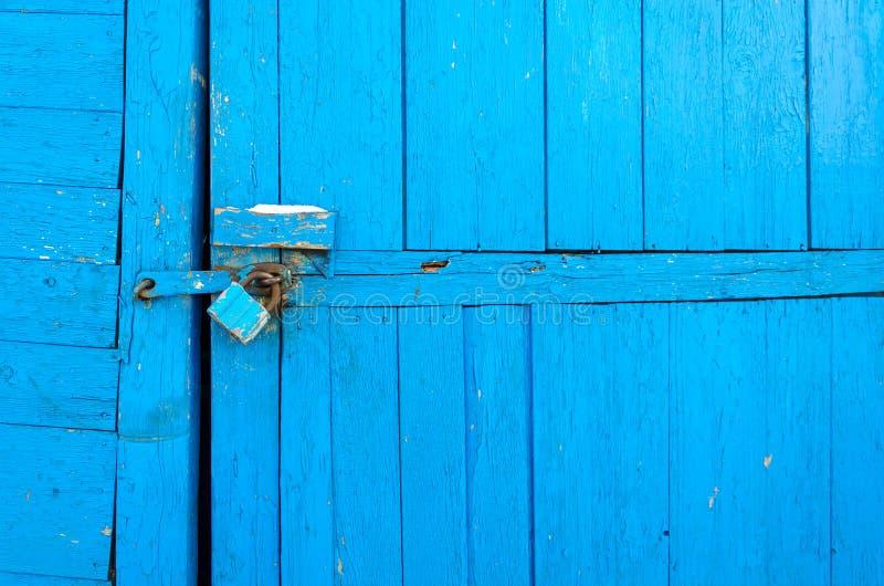 Het roestige hangslot op oude houten poort royalty-vrije stock fotografie
