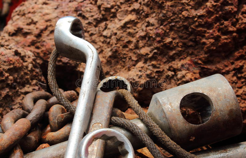 Download Het Roestige Hulpmiddel Bepaalt In De Rots, Stilleven Stock Foto - Afbeelding bestaande uit polluting, afval: 54079366