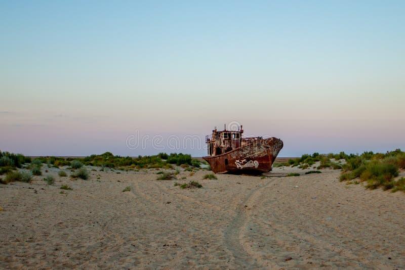 Het roestige schip is op het zand royalty-vrije stock fotografie