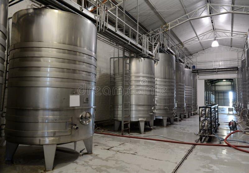 Het roestvrije staal van gistingstanks voor wijn bij de wijnmakerij Viu Manent stock afbeelding