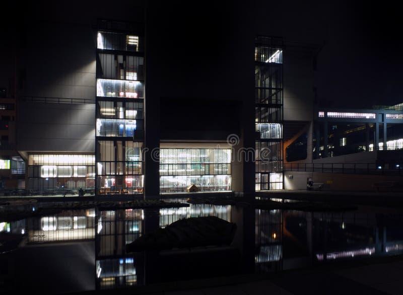 Het Roger Stevens-gebouw op de Universiteit van Leeds de jaren '60 concrete brutalist bouw genomen bij nacht met gloed van lichte royalty-vrije stock foto