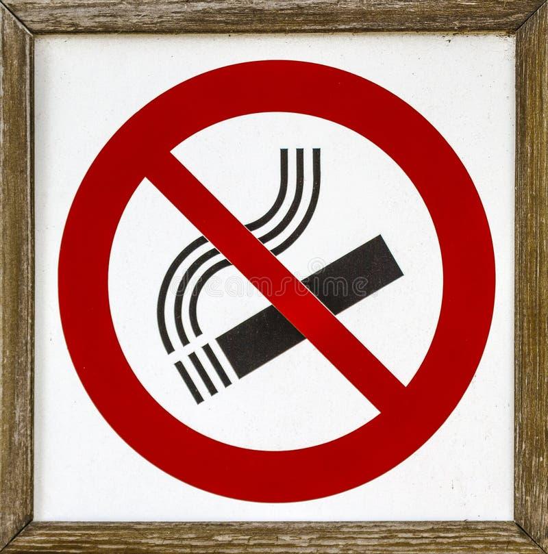 Het roken belemmerde teken, in hout wordt ontworpen stock foto