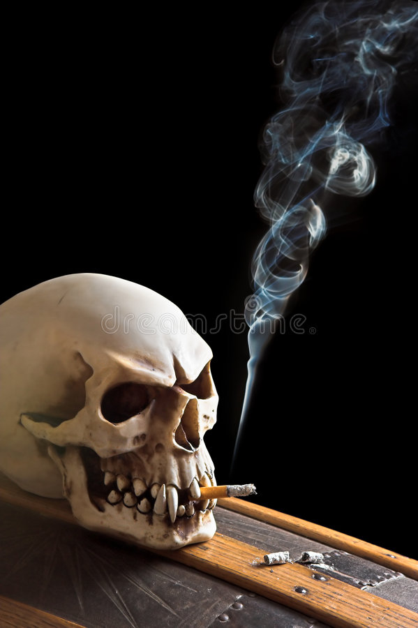Het roken op een doodskist royalty-vrije stock foto's