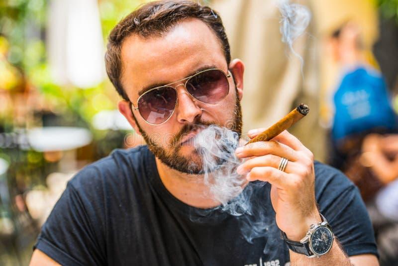 Het roken van een sigaar stock foto's