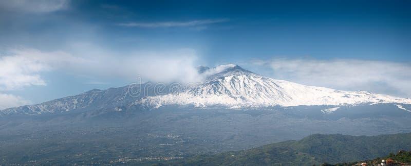 Het roken zet Etna Volcano op zoals die van Taormina wordt gezien royalty-vrije stock foto