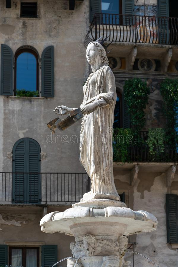 Het roman standbeeld riep Madonna Verona boven de de veertiende eeuwfontein in Piazza delle Erbe, Verona royalty-vrije stock fotografie