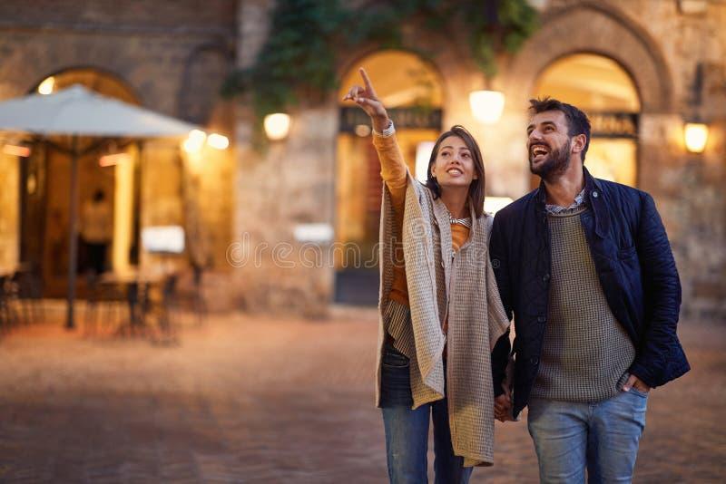 Het romantische avond lopen van een houdend van paar op vakantie stock fotografie