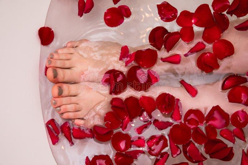 Het romantische bad van de Valentijnskaartendag met nam petails, home spa, luxe zelfzorg toe stock foto's