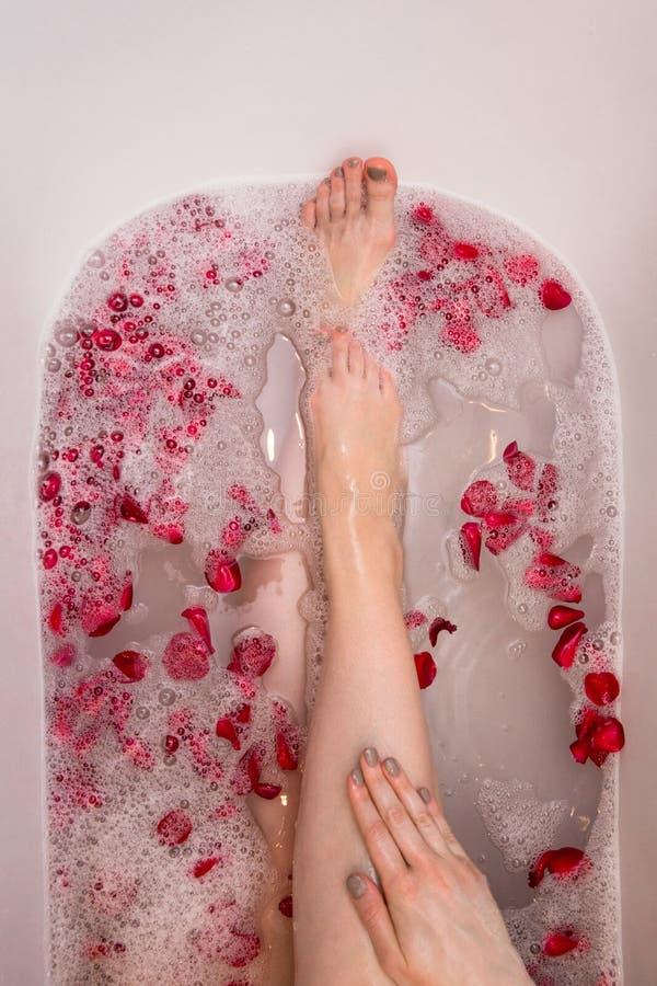 Het romantische bad van de Valentijnskaartendag met nam petails, vrouw in home spa, luxe zelfzorg toe royalty-vrije stock foto's