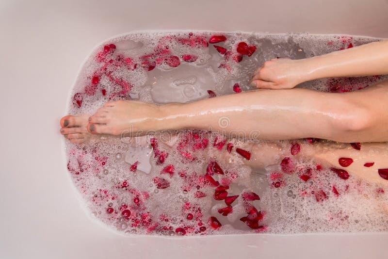 Het romantische bad van de Valentijnskaartendag met nam petails, vrouw in home spa, luxe zelfzorg toe stock foto