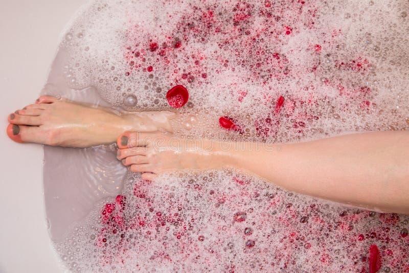 Het romantische bad van de Valentijnskaartendag met nam petails, vrouw in home spa, luxe zelfzorg toe royalty-vrije stock afbeelding
