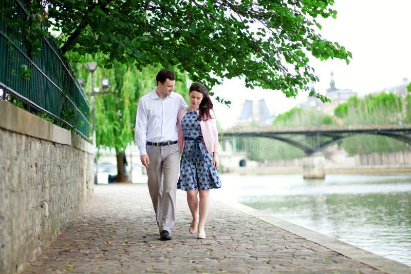 Het romantische daterende paar loopt door het water stock foto