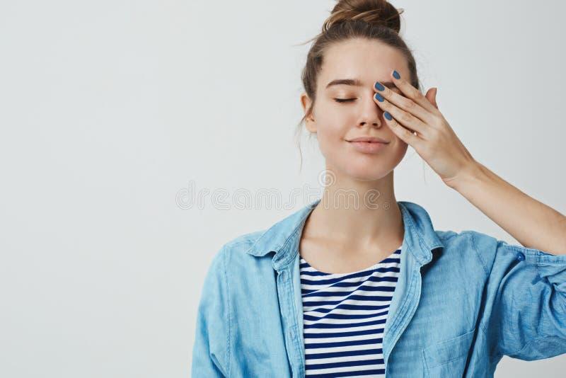 Het romantische de kunstenaarshaar gekamde hairbun dichte ogen van de attracitve25s Europese vrouw dromerige glimlachen, palm ged stock foto