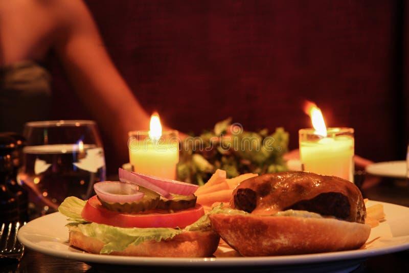 het romantische diner van de hamhamburger stock foto's