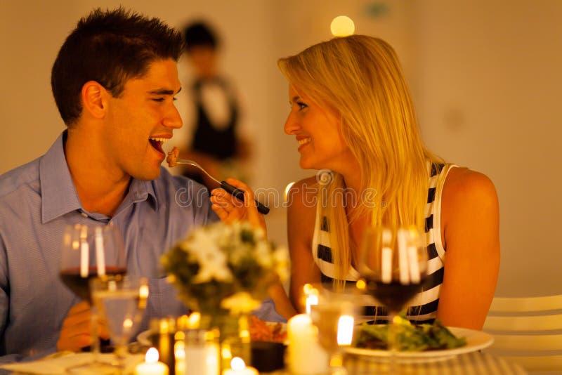 Het romantische diner van het paar