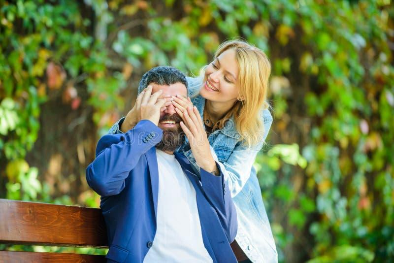 Het romantische gevoel van liefderelaties Verrassing voor hem Romantisch concept De mens wacht meisje Park beste plaats voor roma royalty-vrije stock foto