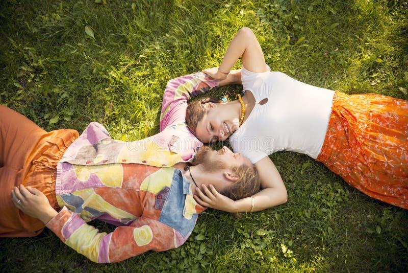 Het romantische het paar van de schoonheid omhelzen die in openlucht ligt royalty-vrije stock afbeelding