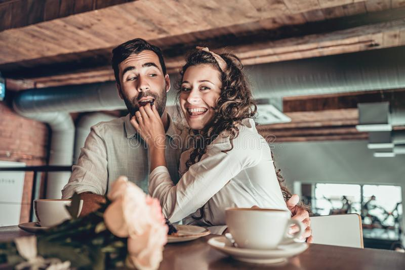 Het romantische jonge paar brengt tijd in restaurant door royalty-vrije stock foto