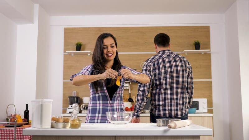 Het romantische jonge paar koken samen in de keuken, royalty-vrije stock fotografie