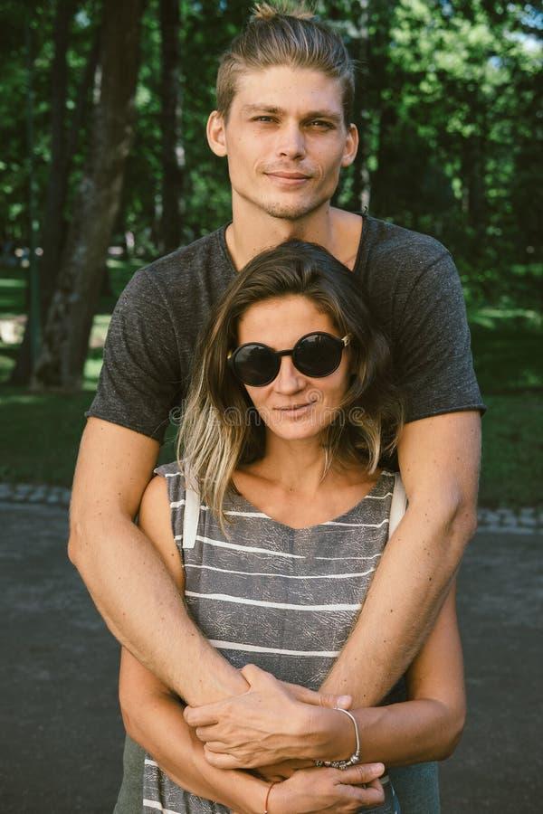 Het romantische Jonge Paar van Hipster in Liefde in openlucht in het Park stock afbeeldingen