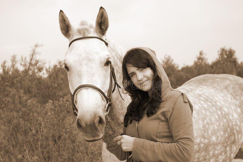 Het romantische meisje en het paard. stock foto