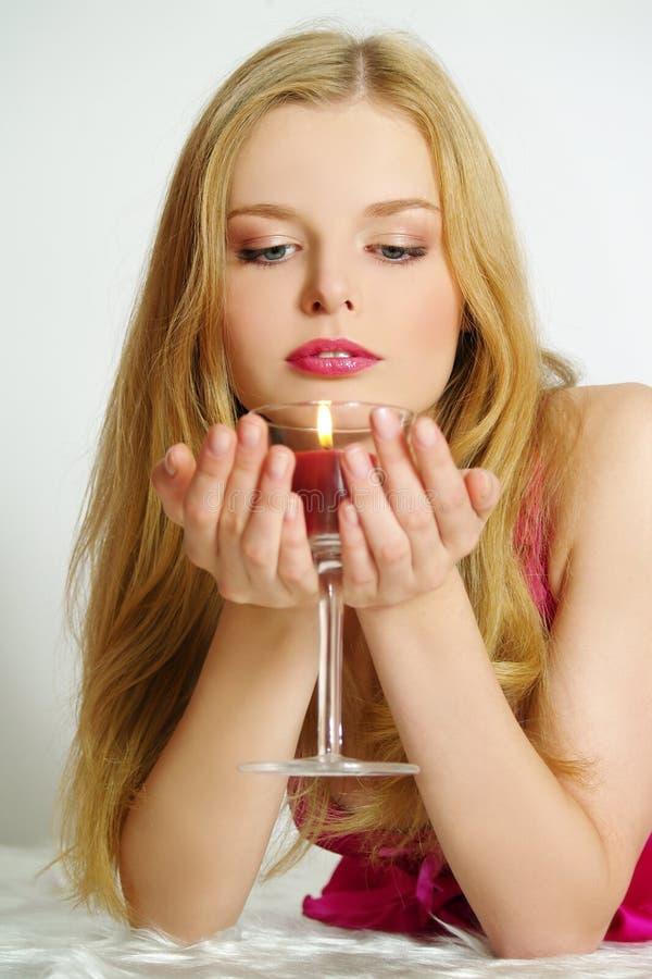 Het romantische meisje met kaarsen stock afbeelding