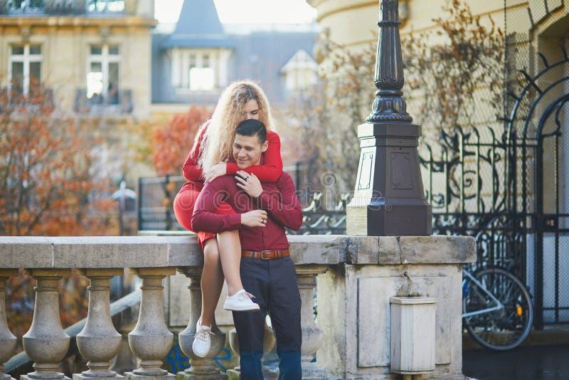 Het romantische paar kising op een Parijse straat royalty-vrije stock afbeeldingen