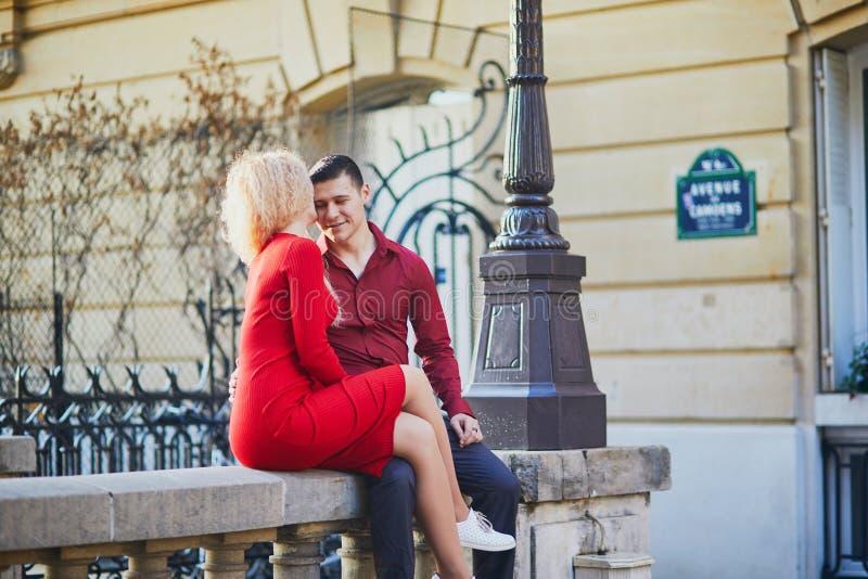 Het romantische paar kising op een Parijse straat stock foto
