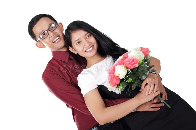 Het romantische paar koesteren, geïsoleerd op wit stock foto