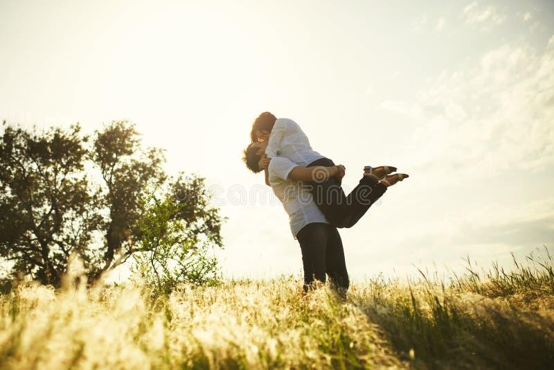 Het romantische paar kussen stock foto