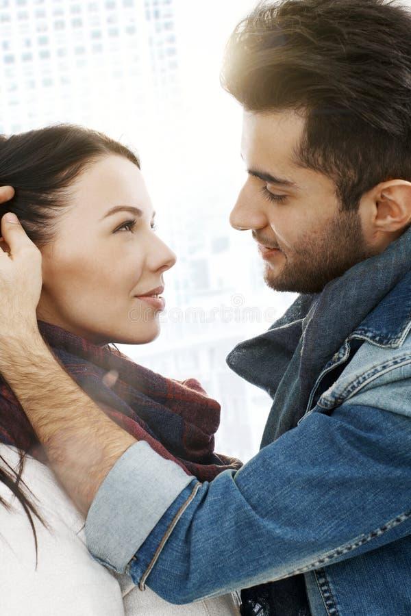 Het romantische paar kussen in de stad royalty-vrije stock afbeeldingen