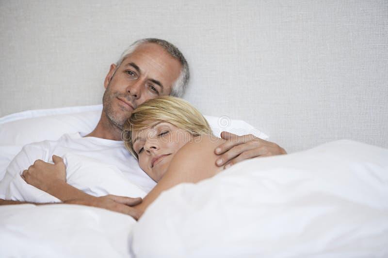 Het romantische Paar Ontspannen in Bed stock afbeelding