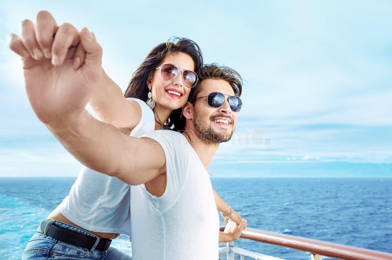 Download Het Romantische Paar Ontspannen Op De Veerboot Stock Foto - Afbeelding bestaande uit vakantie, familie: 107700054