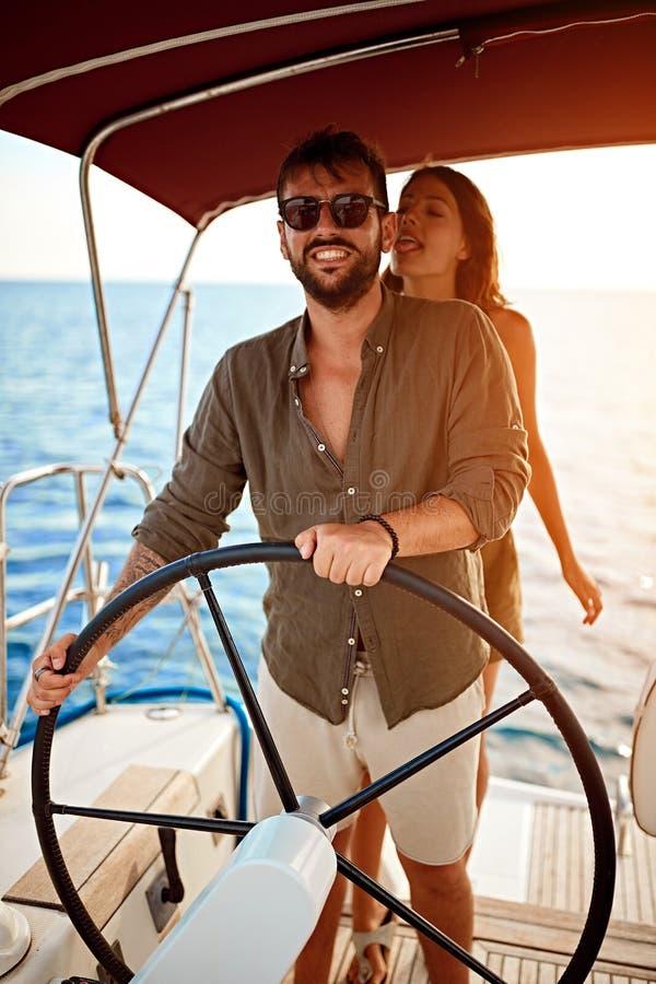 Het romantische paar op de luxeboot geniet van bij de zomerdag stock afbeeldingen