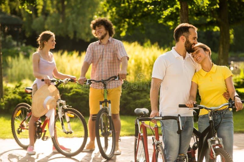 Het romantische paar van fietsers koestert in openlucht stock afbeeldingen