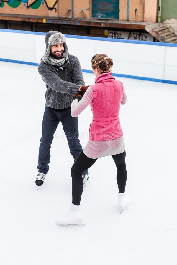 Het romantische paarijs schaatsen stock foto's